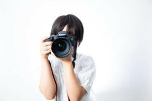 カメラで撮影をしている女性